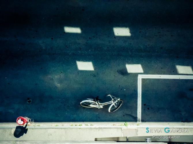 White bicycle, red garbage bin - ©Silvia Ganora Photography