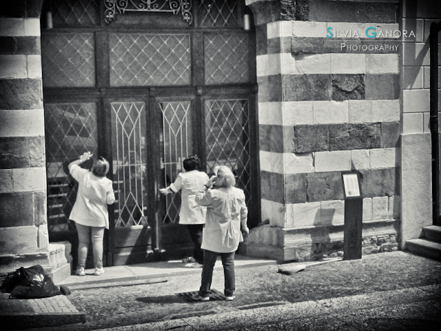Women cleaning a museum door - ©Silvia Ganora - All Rights Reserved