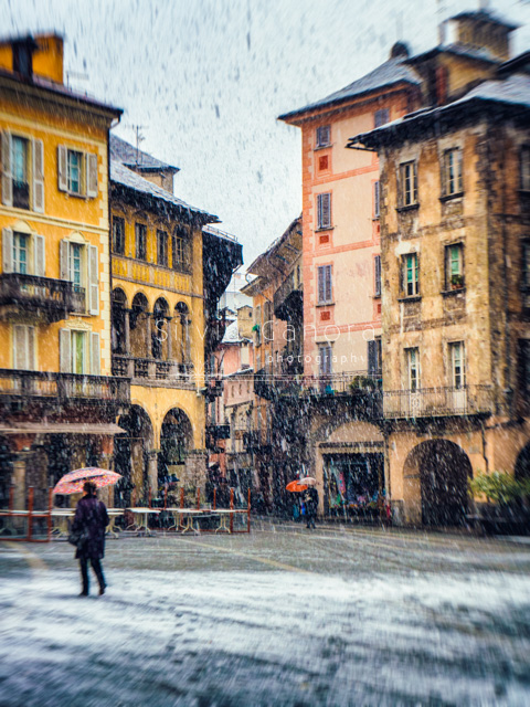 Italian square with snow, passers-by and ancient buildings - ©Silvia Ganora Photography - All rights reserved